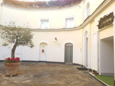 Vende - Posillipo ,in villa prestigiosa, trilocale + posto auto - TRATTATIVA RISERVATA